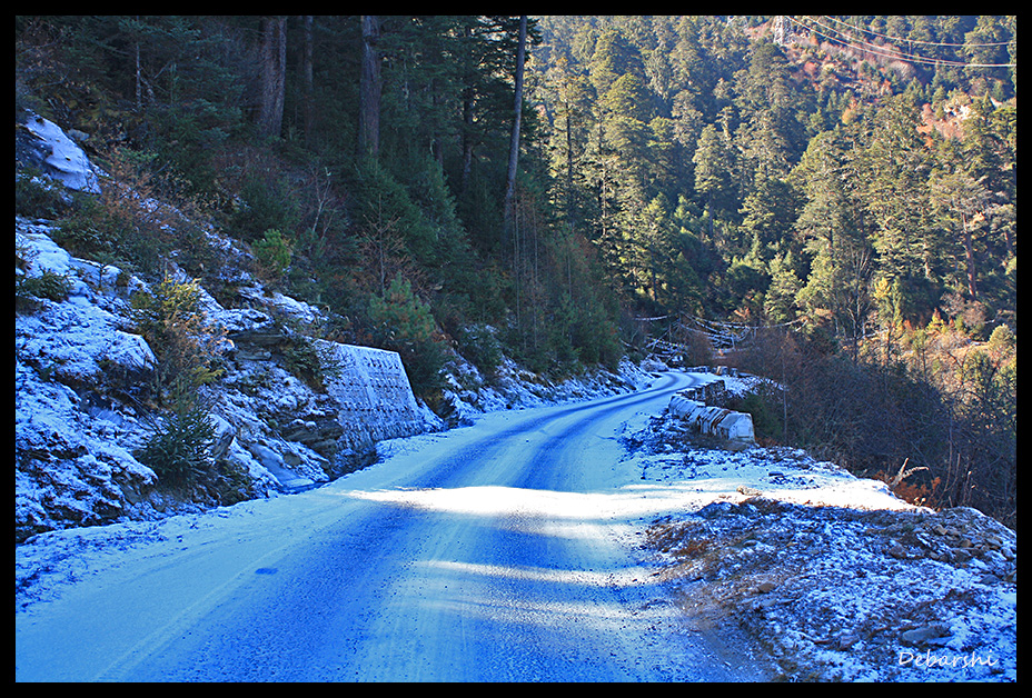 Road to Chele La covered with light snow