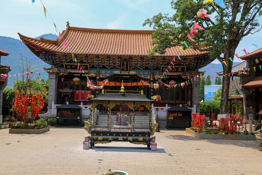 Tao temple at cable car entrance Dian Chi