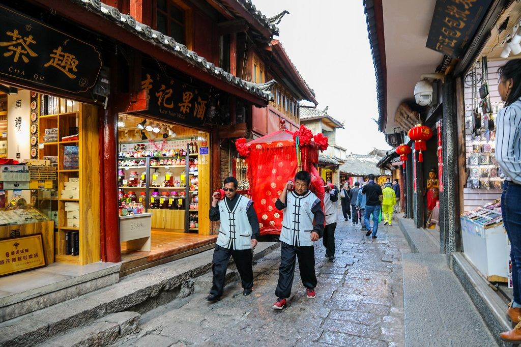 Palanquin on the streets of Lijiang