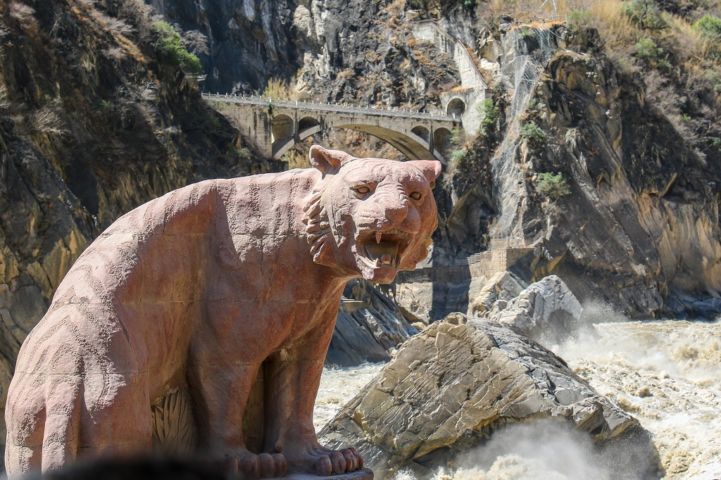 The tiger statue at Tiger Leaping Gorge