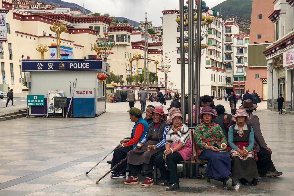 Tibetan ladies at Xiangcheng Square