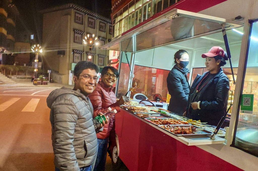 Late evening street food stall at Xinlong